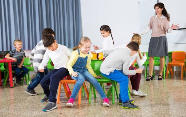 Juegos en grupo para niños de 4 a 5 años - Baile de la silla