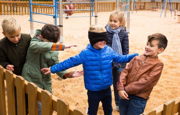Juegos en grupo para niños de 4 a 5 años - Gallinita ciega