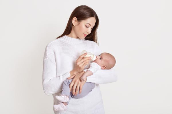 Alimentación en bebés de 4 meses: horarios y cantidades