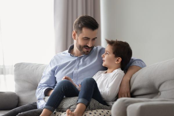 Cómo desarrollar la escucha activa en los niños - Buscar el contacto visual