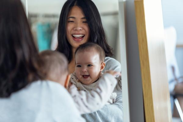 Juegos para bebés de 4 meses - ¿Quién está en el espejo?