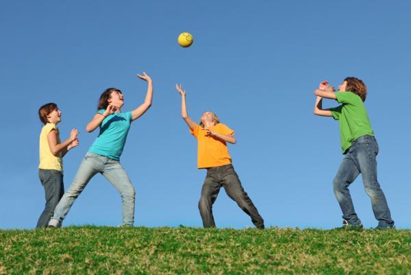 Juegos deportivos para niños - Pelota al centro