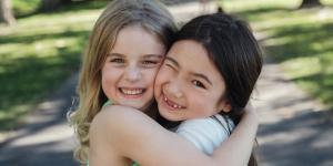 Cómo ayudar a un niño a hacer amigos