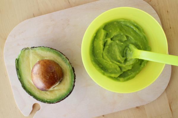 Recetas para bebés de 6 meses - Papilla de manzana, frambuesa y aguacate