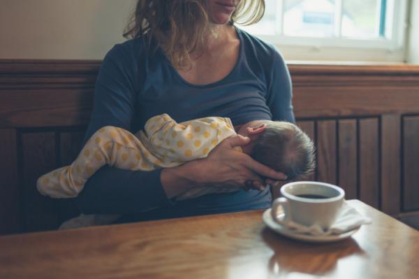 ¿Es malo tomar café en la lactancia?