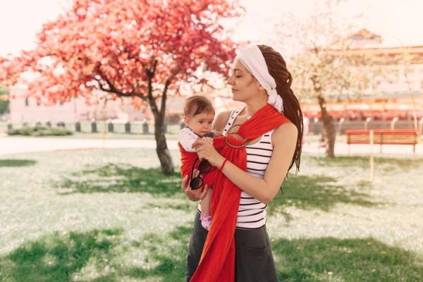 Porteo ergonómico: qué es, beneficios y tipos - Bandolera portabebé