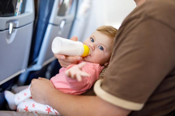 A qué edad puede viajar un bebé en avión - Cómo aliviar el dolor de oídos del bebé en el avión