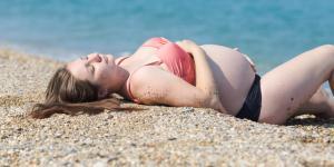 ¿Se puede tomar el sol embarazada?