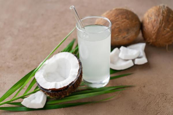 Qué tomar para el ardor de estómago en el embarazo - Agua de coco