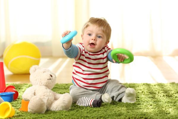 Qué hace un bebé de 8 meses - Desarrollo motriz del bebé de 8 meses