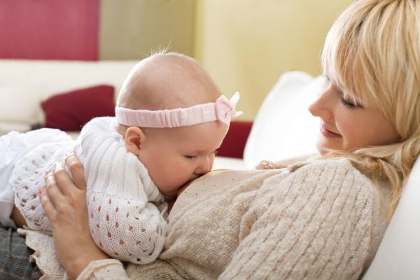 Lactancia materna: posiciones, técnicas y consejos - La posición biológica