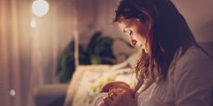 Mi bebé quiere estar pegado al seno toda la noche, ¿qué hago?