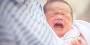 Por qué llora un bebé al tomar pecho y qué hacer