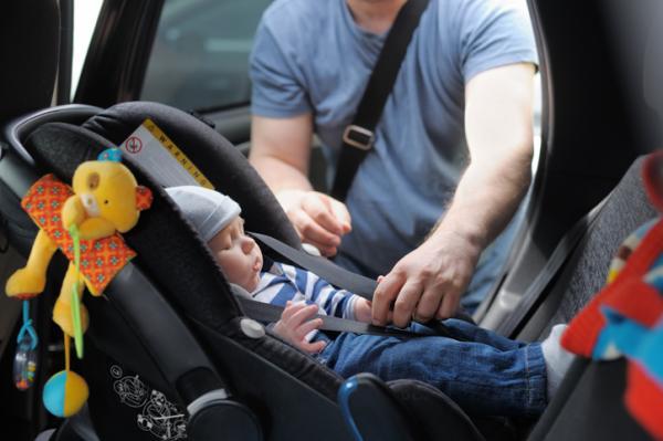Consejos para comprar sillas de coche para niños - Instalar a contramarcha
