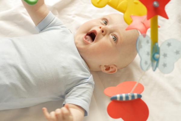 Cómo estimular a un bebé de 3 meses - Cuelga un móvil de su cuna