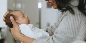 Dónde poner al bebé recién nacido durante el día