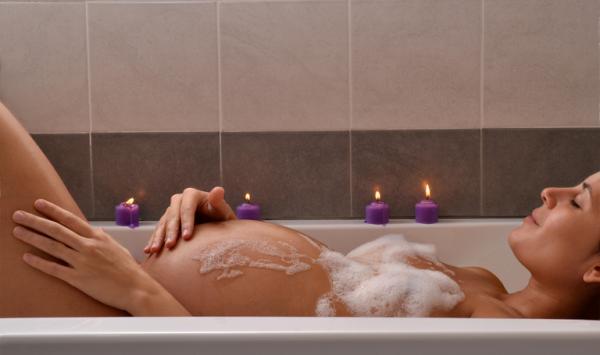 Qué siente el bebé en el vientre cuando la madre se baña