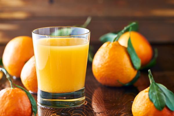 Remedios caseros para el dolor de garganta en el embarazo - Consume zumos de vitaminas