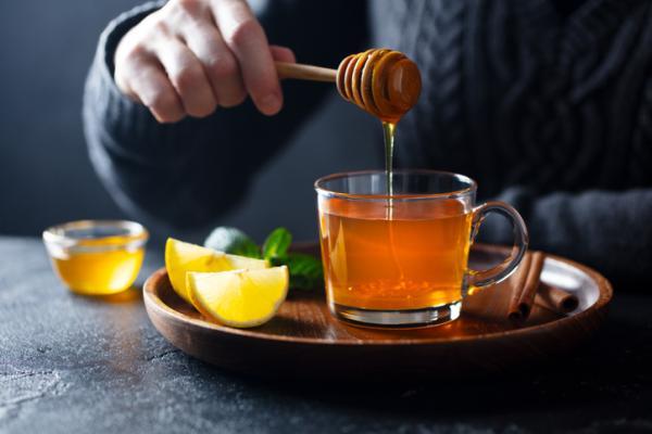 Remedios caseros para el dolor de garganta en el embarazo - Prepara una infusión de limón y miel