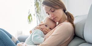 Por qué mi bebé da cabezazos contra el pecho y qué hacer