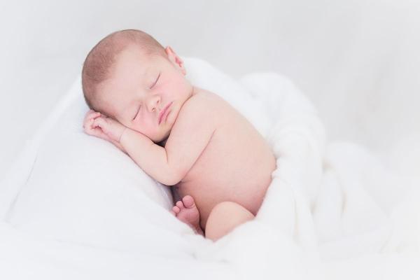 ¿Cada cuánto debe comer un bebe recién nacido?