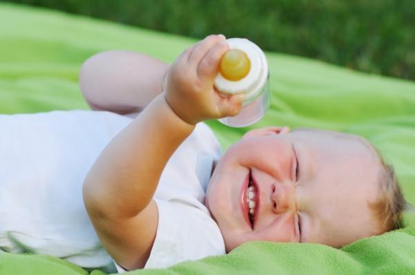 Mi bebé no quiere biberón: por qué y qué hacer