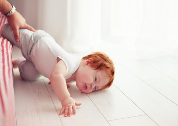 Mi bebé se ha caído de la cama, ¿qué hago?