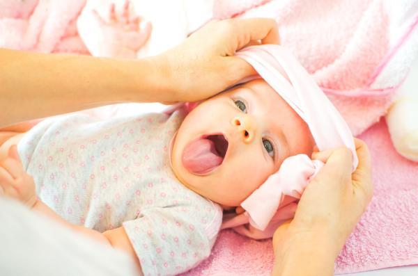 Mi bebé tiene la lengua blanca, ¿es normal? - Restos de leche en la lengua del bebé