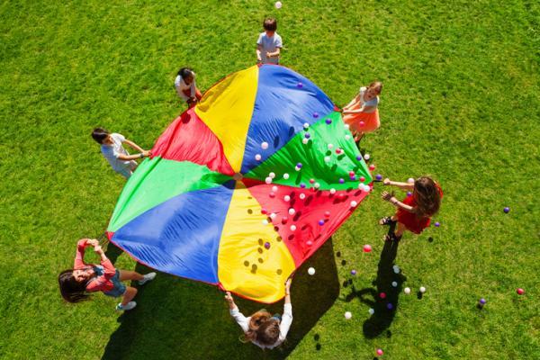 Juegos en la naturaleza para niños - Paracaídas