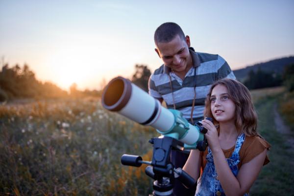 Juegos en la naturaleza para niños - Ver las estrellas a través de un telescopio