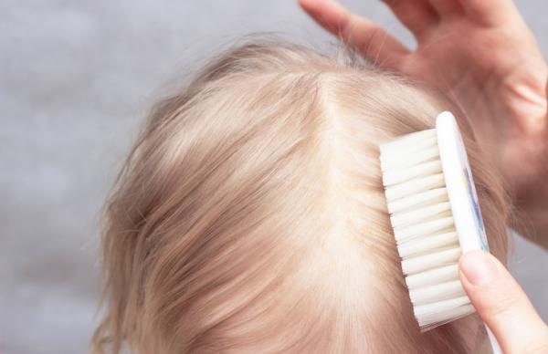 ¿Cuándo les sale el pelo definitivo a los bebés?