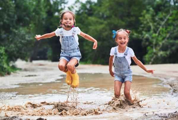 Actividades para la primavera en infantil - Saltar en los charcos