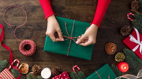 Actividades navideñas para niños/as - Taller de envolver regalos