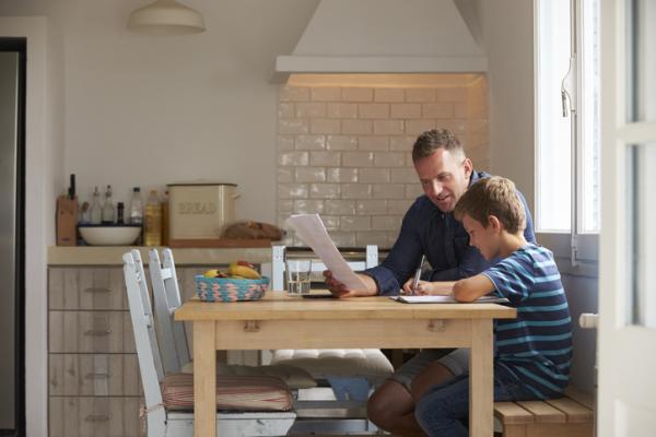Mi hijo no sabe estudiar solo, ¿cómo le puedo ayudar? - Cómo motivar a un niño a estudiar