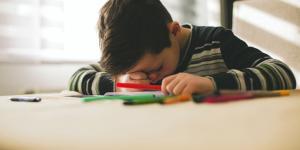 Mi hijo no sabe estudiar solo, ¿cómo le puedo ayudar?