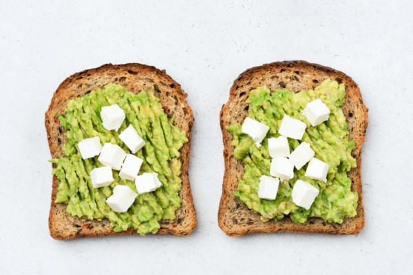 Meriendas saludables para niños - Tostada de aguacate y queso