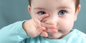 Cómo sacarle los mocos a un bebé