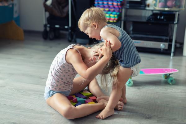 Por qué los niños muerden y qué hacer
