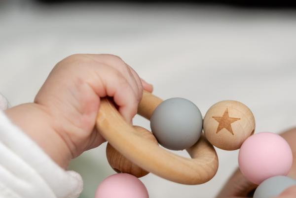 Lista regalos para un baby shower - Sus primeros juguetes