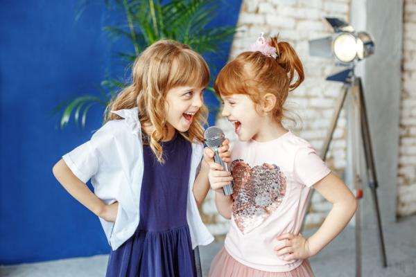 Retos para hacer en casa con niños - Karaoke