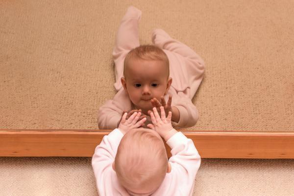 Cómo estimular a un bebé de 6 meses - Expresiones frente al espejo