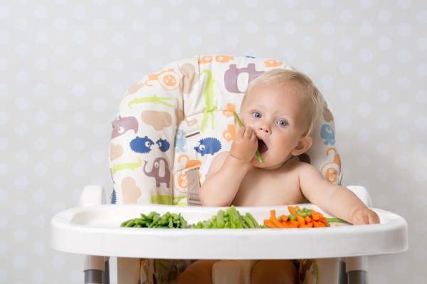 Cómo estimular a un bebé de 6 meses - Manipulación de alimentos